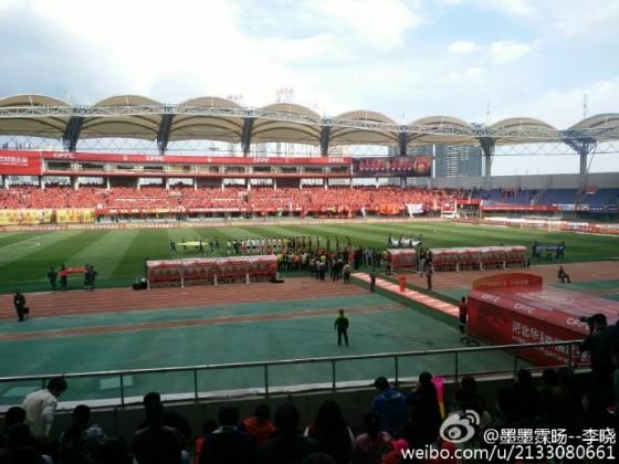 从图可看出秦皇岛奥体中心球场显得很空阔