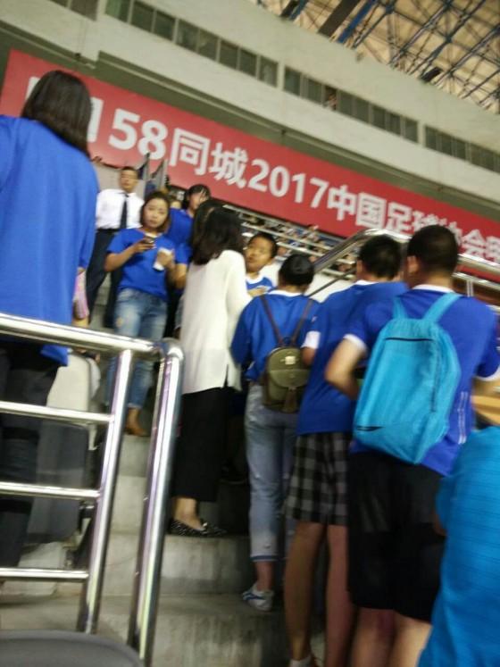 在主席台两侧始终关注关震的球迷