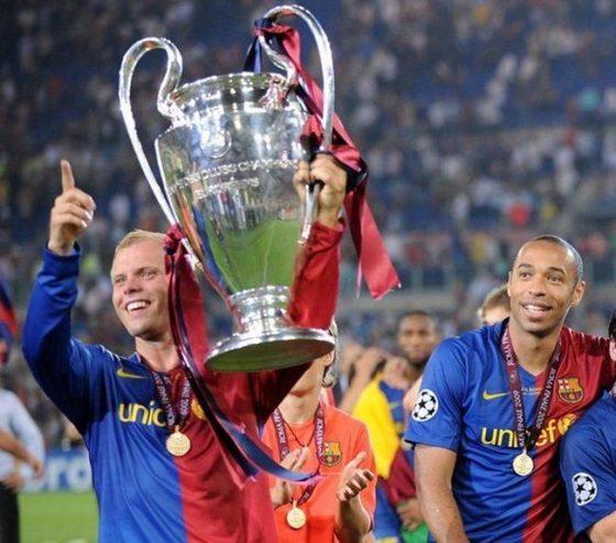 随巴萨拿到欧冠冠军   也许是这道一闪而过的刀光打动了巴塞罗那,2006年夏天,冰岛人正式登陆诺坎普。在巴萨的三个赛季,古德约翰森获得了欧冠、西甲、国王杯、西班牙超级杯、欧洲超级杯的冠军,随后他便前往了摩纳哥。 无论是里杰卡尔德还是瓜迪奥拉,都没能像穆里尼奥那样找到古德约翰森的使用说明书。在切尔西,古德约翰森与穆帅的打法完美适配,穆里尼奥的英超首秀就是率领切尔西对阵弗爵爷率领的曼联,接德罗巴的头球摆渡,古德约翰森打入全场唯一进球。首球+首胜,冰刀可是给鸟叔送了一份大礼。